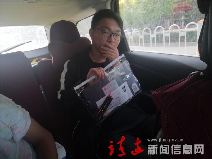 """靖边县""""绿丝带""""志愿接送高考生进入第七个年头"""