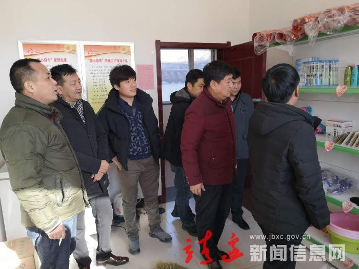 """市政协委员袁海浪为小沙峁村""""爱心超市""""献爱心"""
