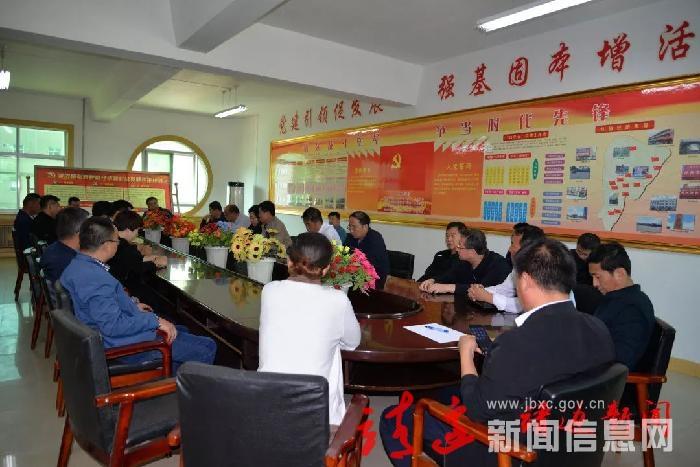 胡荣芳调研指导张家畔村城市党建工作