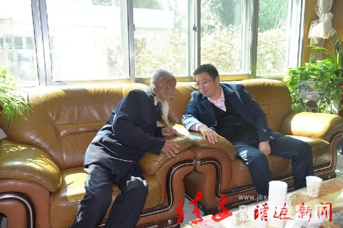 高正刚节前走访慰问建国前老党员
