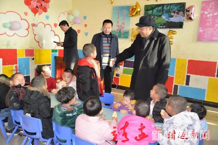 白春阳走访慰问县救助站工作人员和受助儿童