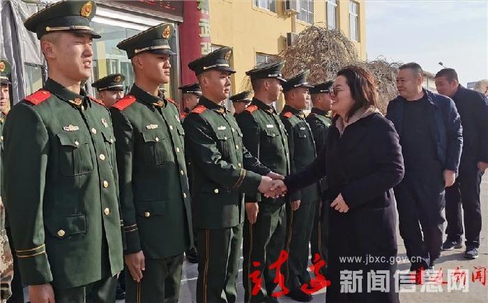 贺湘如慰问驻靖武警官兵及老干部