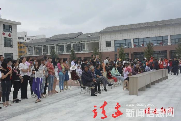 """榆林市传媒中心""""三下乡""""活动走进我县东新社区"""